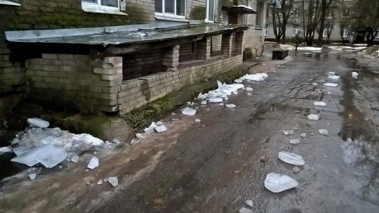 ВВолхове насемейную пару с сыном упала глыба льда